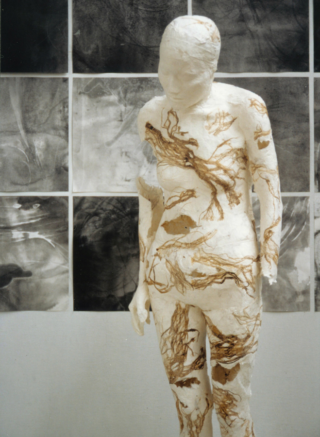 15_Minha LEE_restrict_installation_wood pulp, mixed media, ink-stick on Korean paper_(figure) life size, (back) 320x160cm_2002_1