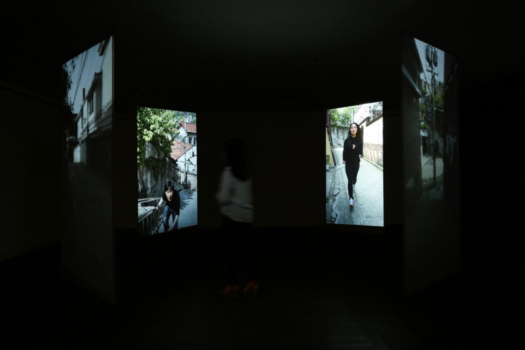 9_Minha LEE_trapped people2_Videon Installation View_Acrylic panel with rear screen projection_7.5x7.5x(h)2.7m_2014